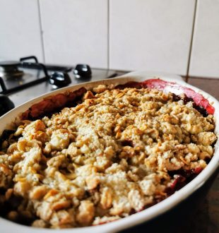 Vegan crumble met appel en rood fruit